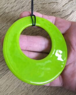 Limegrøn glasring i hånd