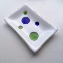 Hvid sæbeskål med prikker